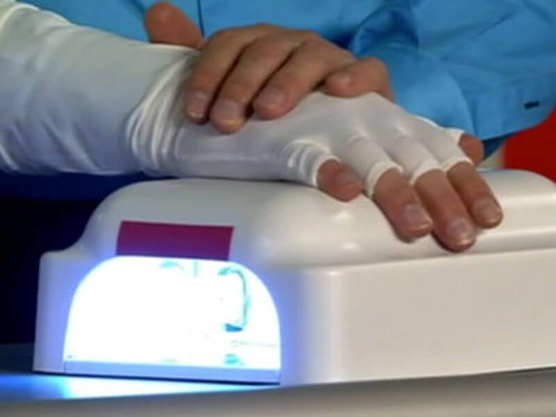 От ультрафиолетовых ламп для наращивания ногтей защитят перчатки