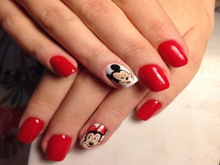 Дизайн ногтей с Микки Маусом при помощи наклеек