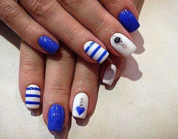 Синий с белым маникюр