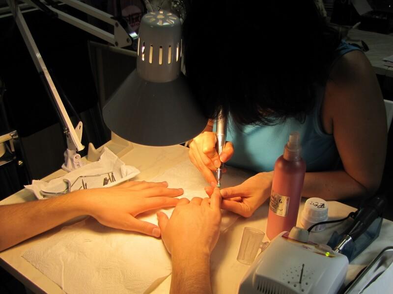Как пользоваться аппаратом для маникюра: салонная процедура