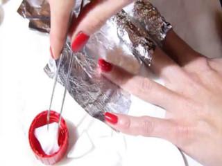 Для снятия шеллака каждый палец оборачивается в фольгу